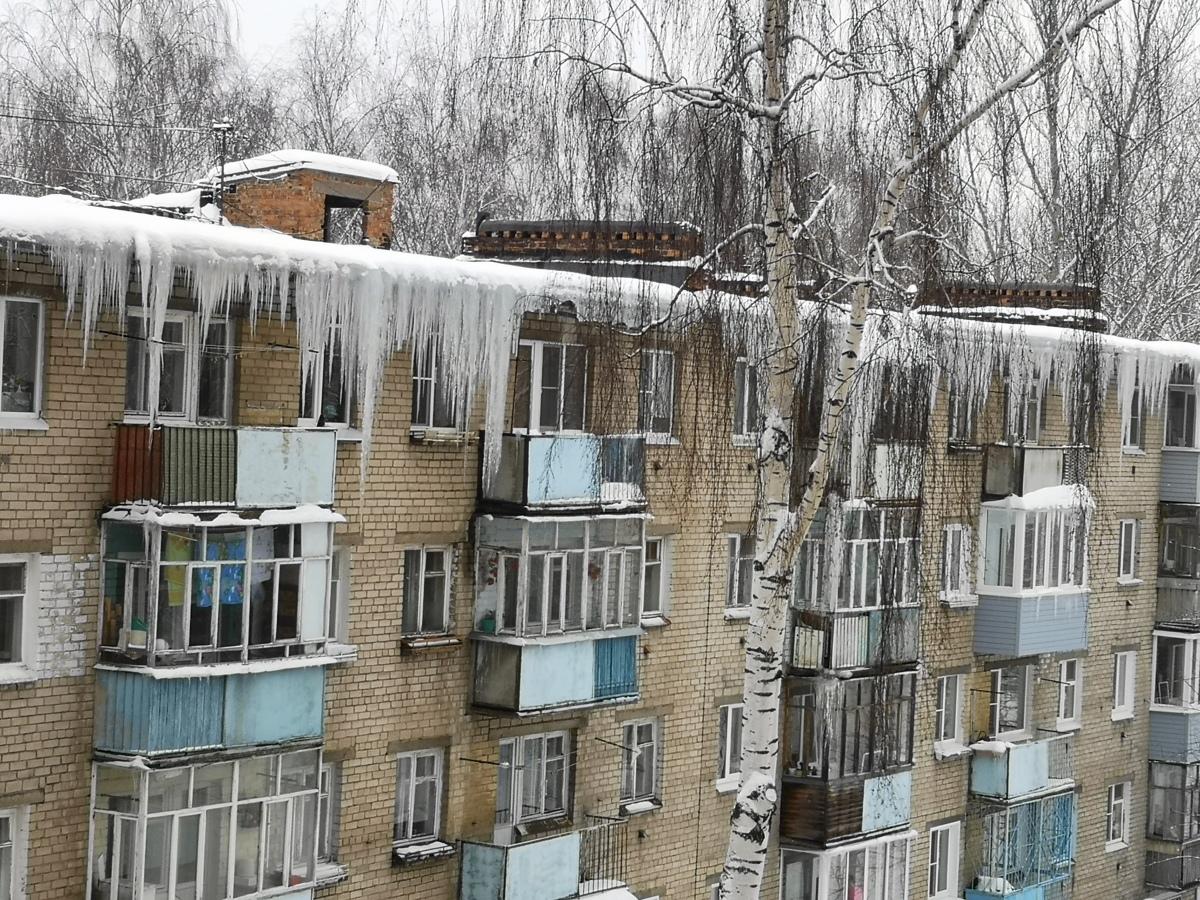 Более 300 раз пожаловались ярославцы на сосульки и наледи на крышах домов