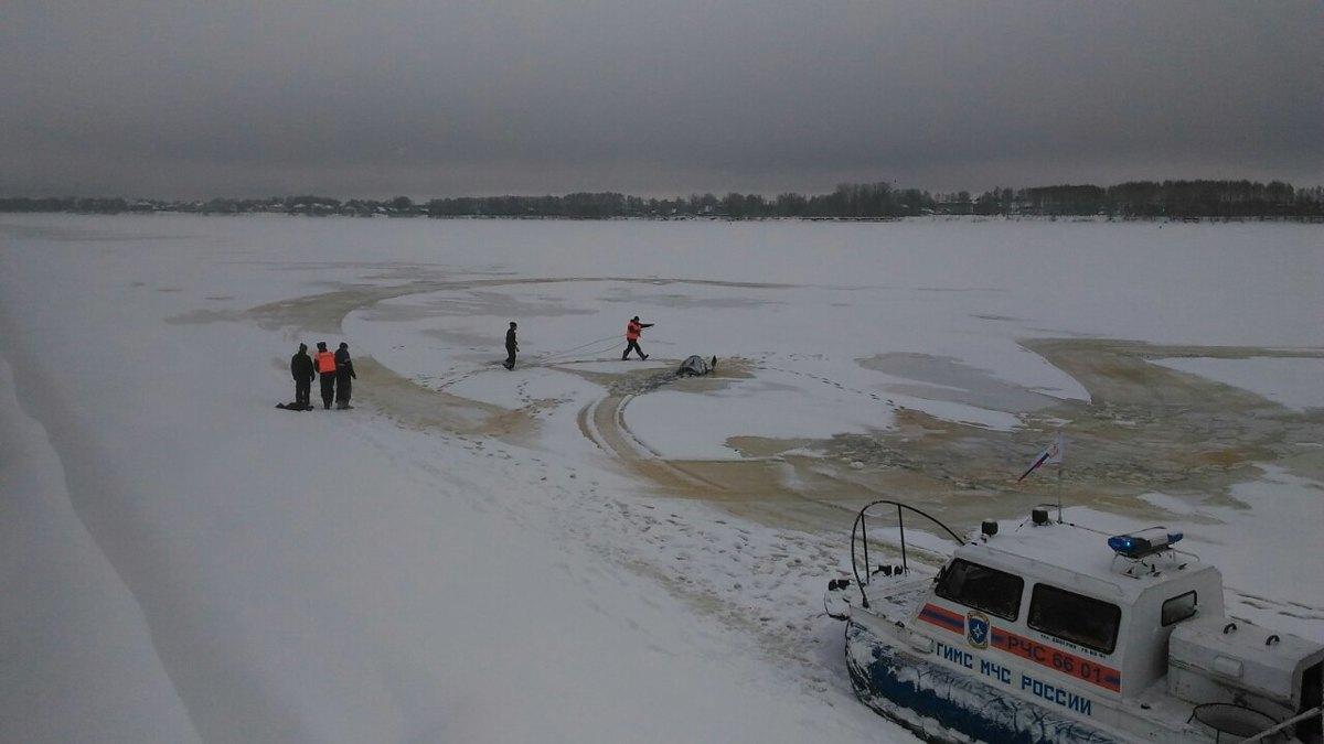 Снегоход с людьми провалился под лед в районе Стрелки в Ярославле