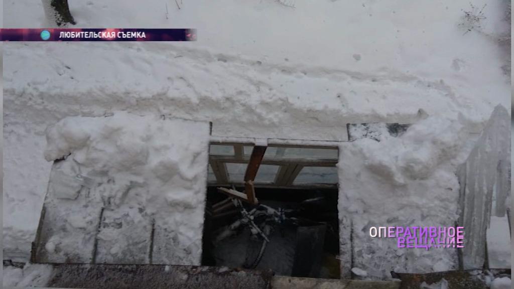 В Ярославле во время чистки крыши коммунальщики проломили льдом балкон