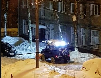 Ярославец оборудовал свой внедорожник отвалом и почистил двор от снега