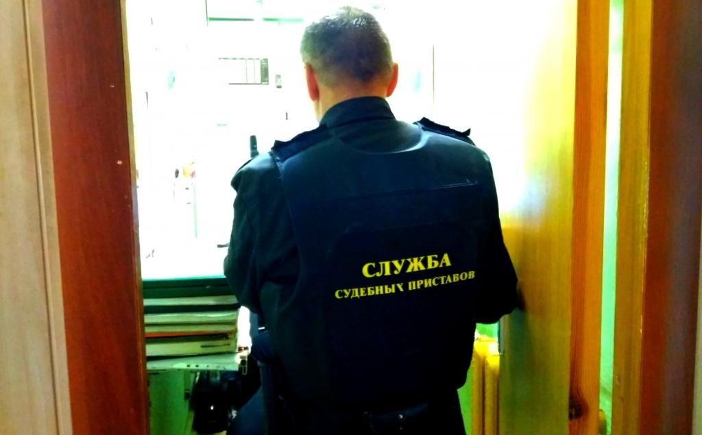 Мужчина пришел ремонтировать здание суда и был задержан за неуплату полумиллиона рублей по алиментам
