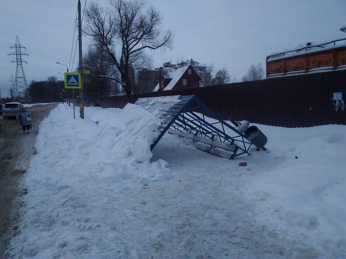 Устала: остановочный комплекс у 8-й больницы в Ярославле упал под тяжестью снега
