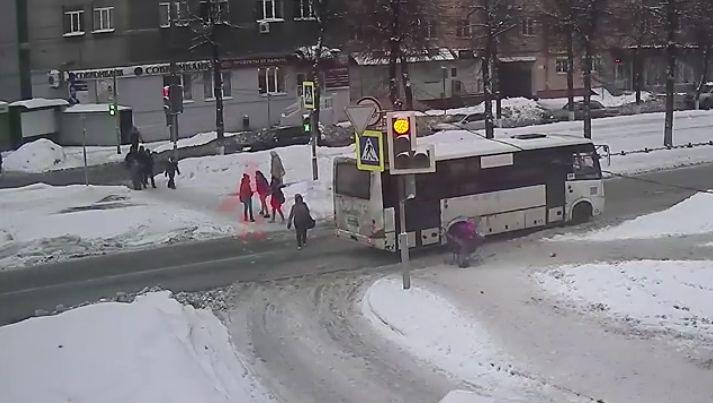 В Ярославле водитель маршрутки наехал на санки с ребенком