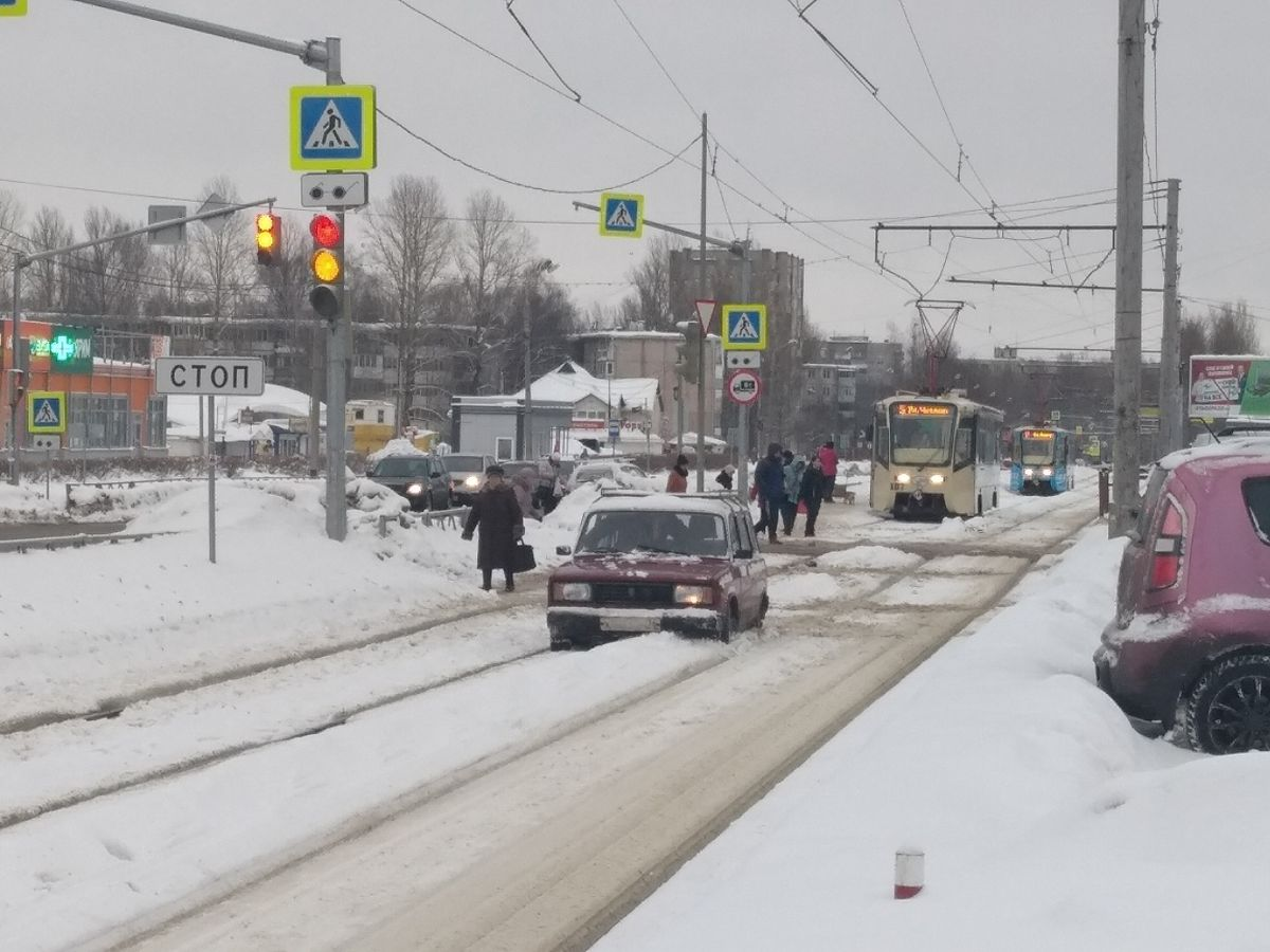 В Ярославле дед на «Жигулях» остановил трамваи