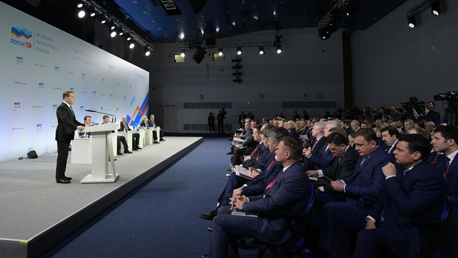 Дмитрий Медведев обсудил с главами регионов реализацию социальных нацпроектов