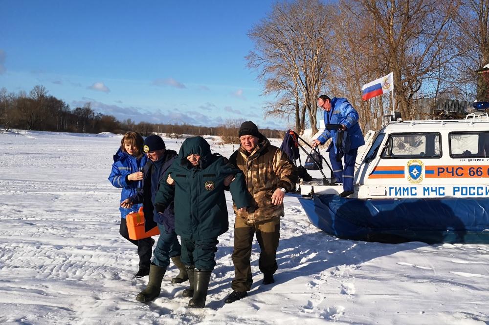 В Ярославском районе спасатели вытащили провалившегося под лед рыбака
