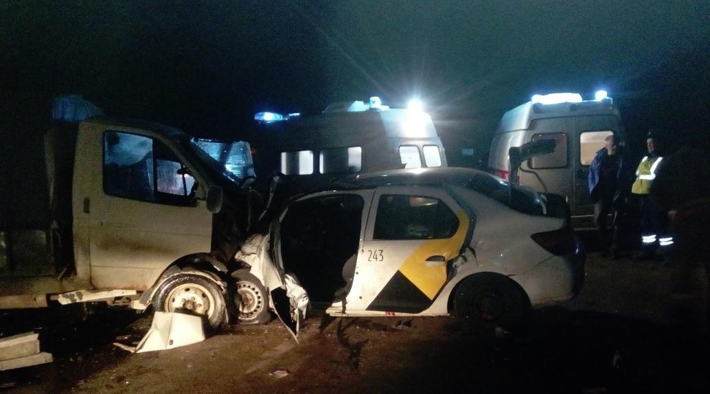 В лобовом столкновении «Газели» и такси под Рыбинском два человека погибли, пятеро ранены