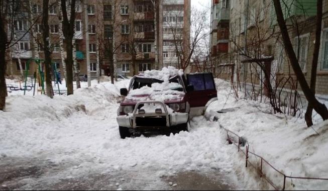 В Ярославле снег упал на проезжавший мимо автомобиль