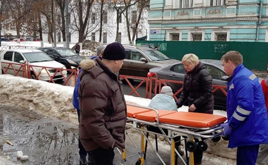 Упавшую на тротуаре в центре Ярославля женщину увезли на скорой