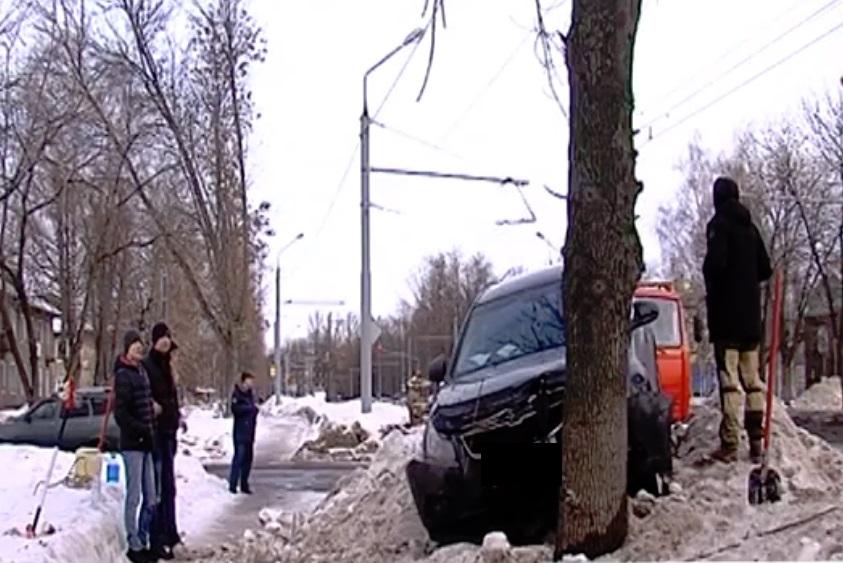 Царь горы. В Ярославле водитель легковушки «взлетел» на сугроб и врезался в дерево