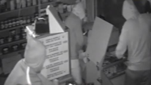 В Ярославле группа парней ограбила табачный ларек: видео