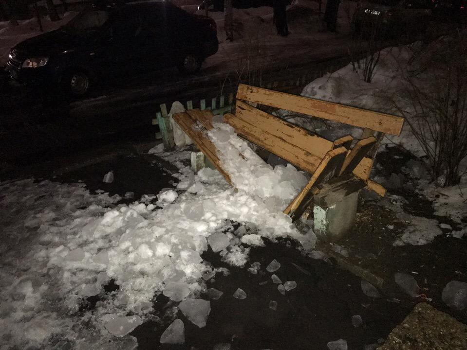 В Ярославле глыба льда разбила лавочку у дома