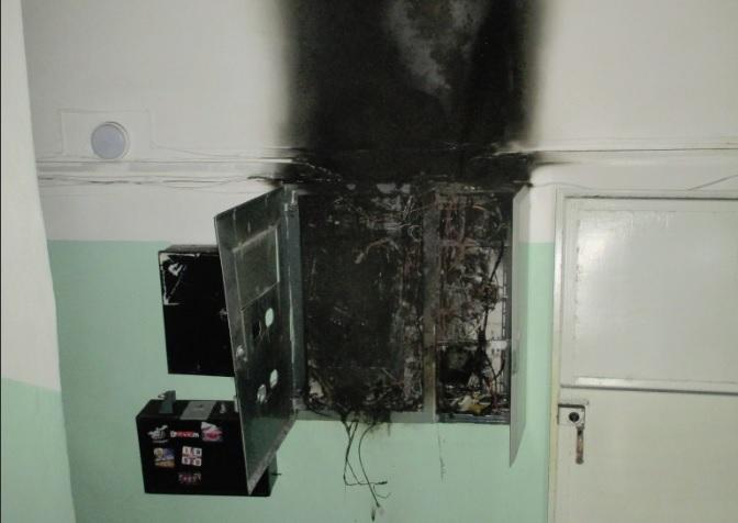 Во время пожара в многоэтажке в Ярославле электрик получил ожоги