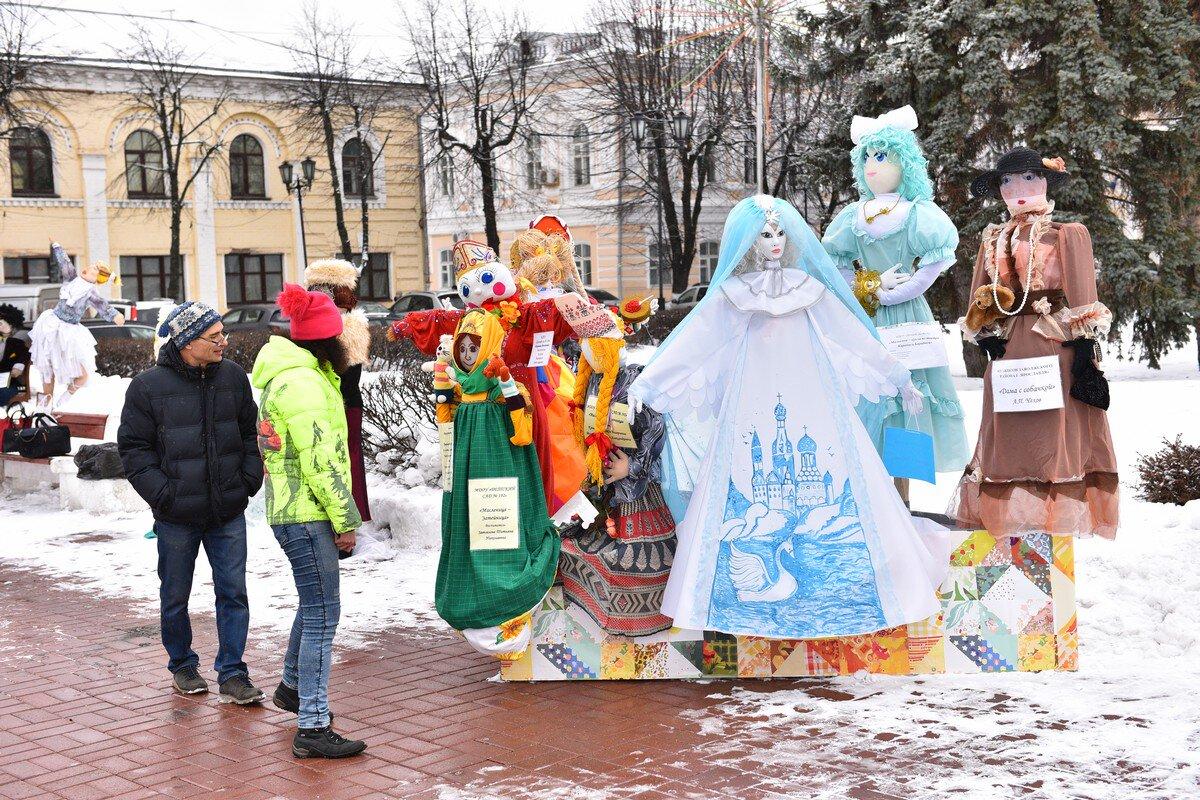 В центре Ярославля открылась выставка масленичных кукол