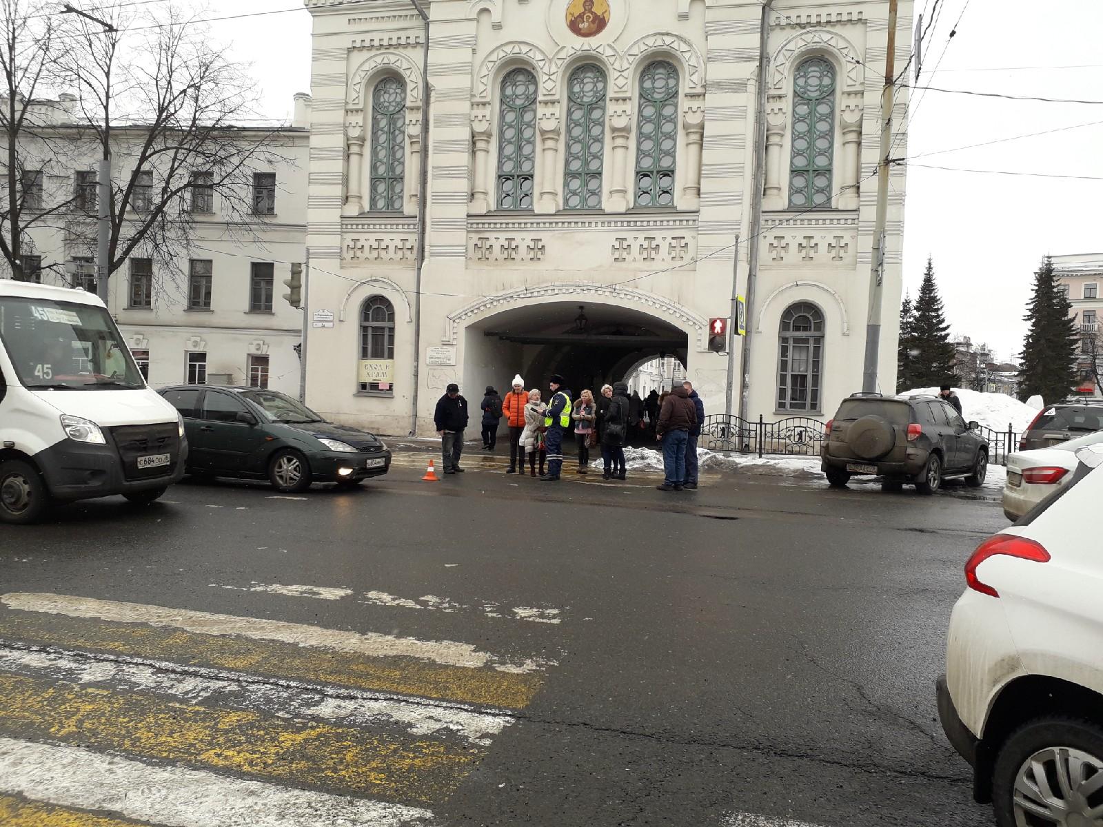 В Ярославле женщина сбила подростка на пешеходном переходе: центр встал