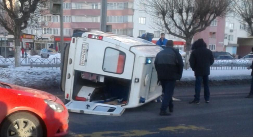 В Ярославле водитель иномарки врезался в скорую и скрылся с места ДТП