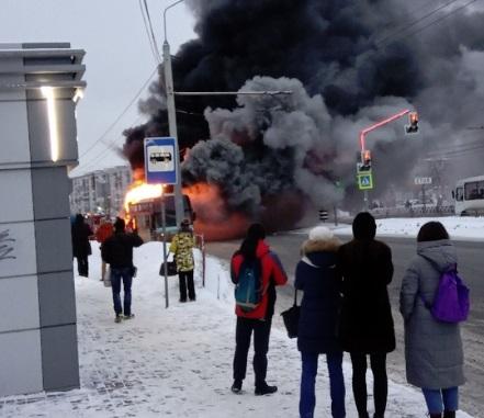Полыхал, как факел: в Ярославле сгорел туристический автобус
