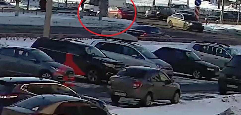 В Ярославле скорая перевернулась после столкновения с иномаркой: появилось видео ДТП