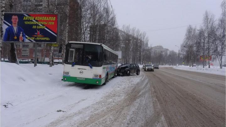 В ДТП с участием автобуса и внедорожника в Ярославской области пострадала пассажирка