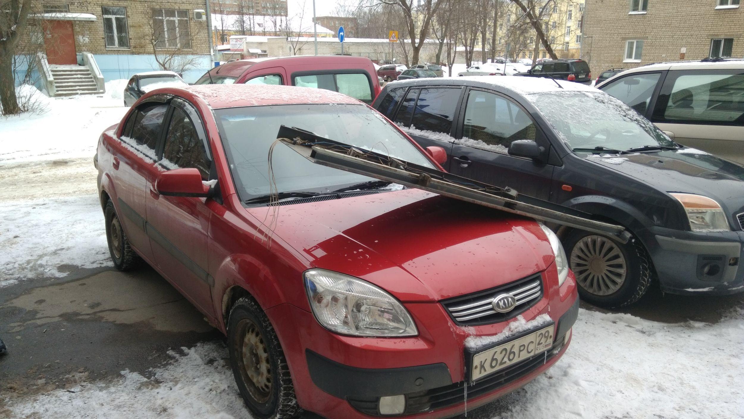 В Рыбинске на припаркованную у дома машину упала часть конструкции лифта