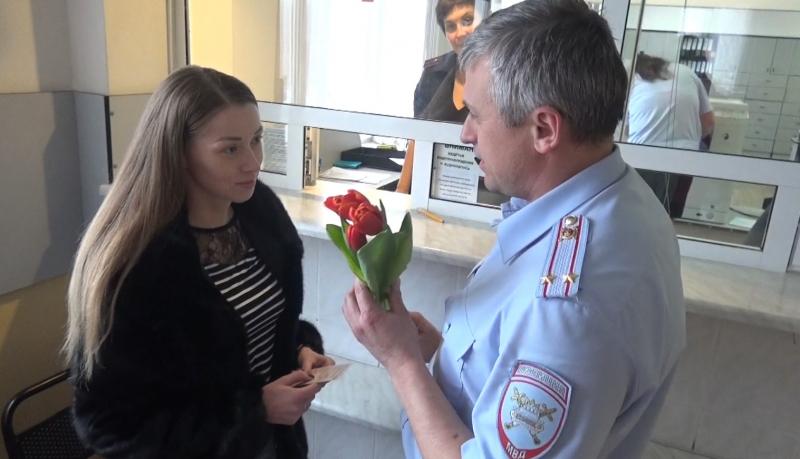 Ярославские полицейские дарят женщинам-водителям цветы