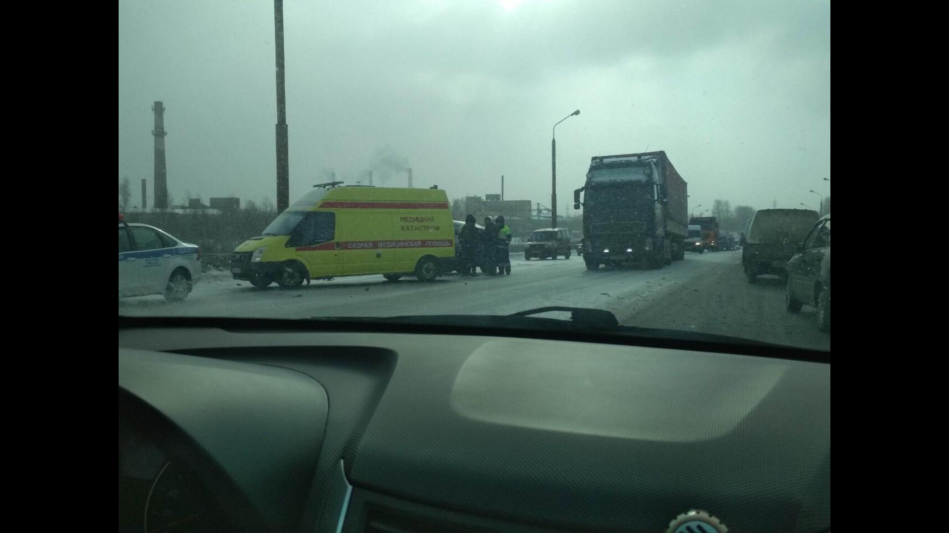 В Ярославле столкнулись фура и «четверка»: один пострадавший