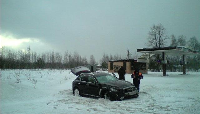«Инфинити» вылетел с дороги на трассе М8 в Ярославской области