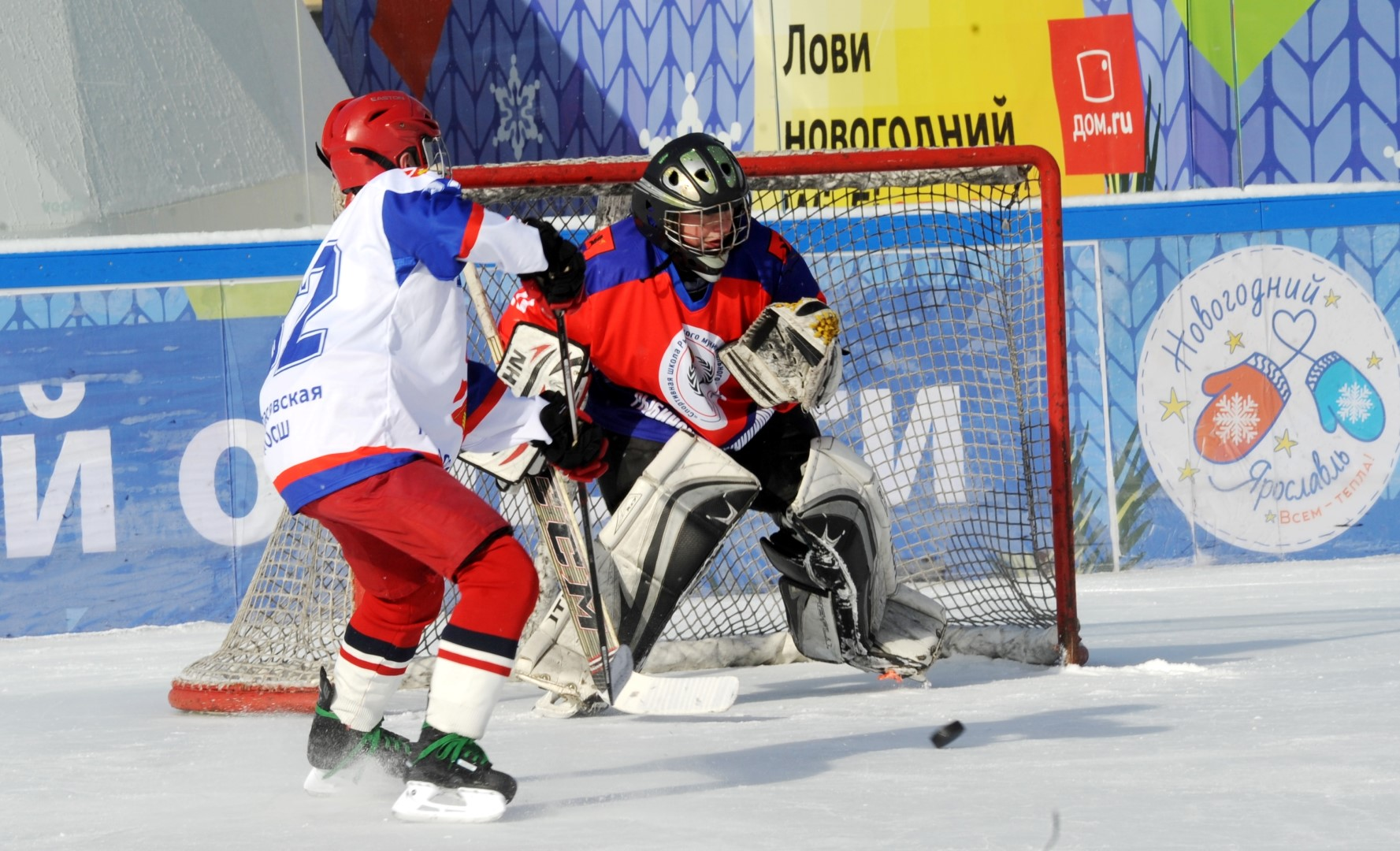 В центре Ярославля прошли финальные игры среди любительских хоккейных команд: фото