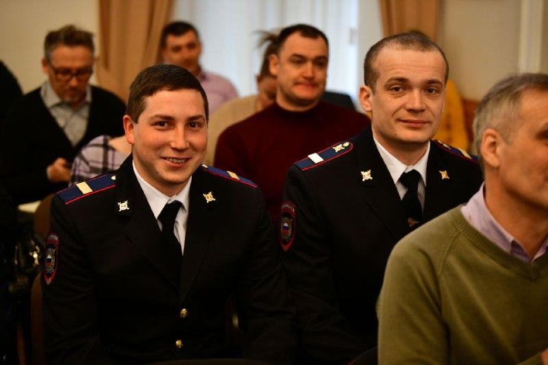В Ярославле наградили полицейских, спасших женщину из пожара на улице Стачек