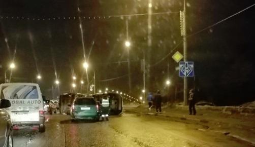 На съезде с Октябрьского моста фургон перевернулся после столкновения с иномаркой