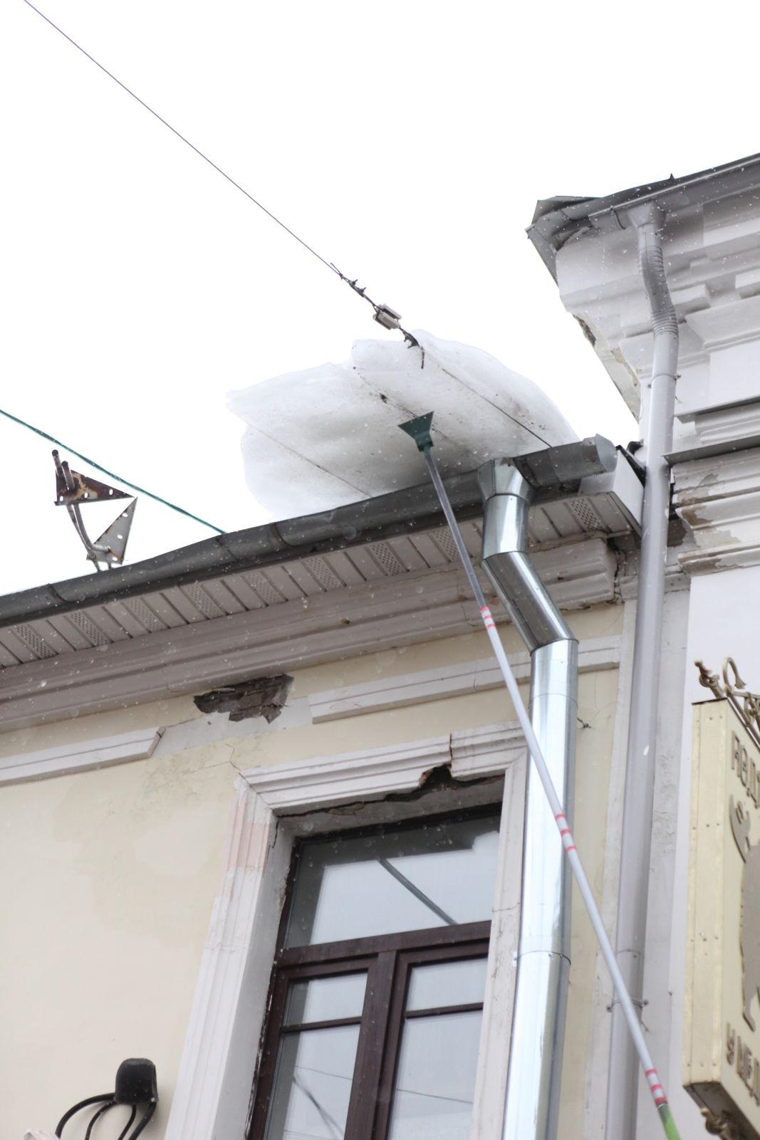 У здания в центре Ярославля обрушился наличник во время работ по чистке льда: фото