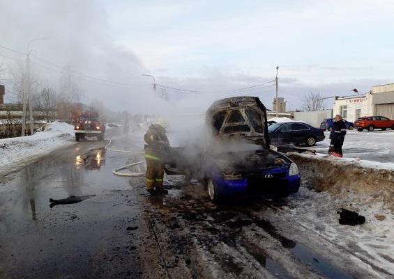 В Рыбинске за считанные минуты сгорела «Лада Приора»
