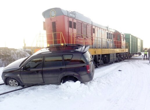 Не проскочил: в Рыбинске иномарку сбил товарный поезд
