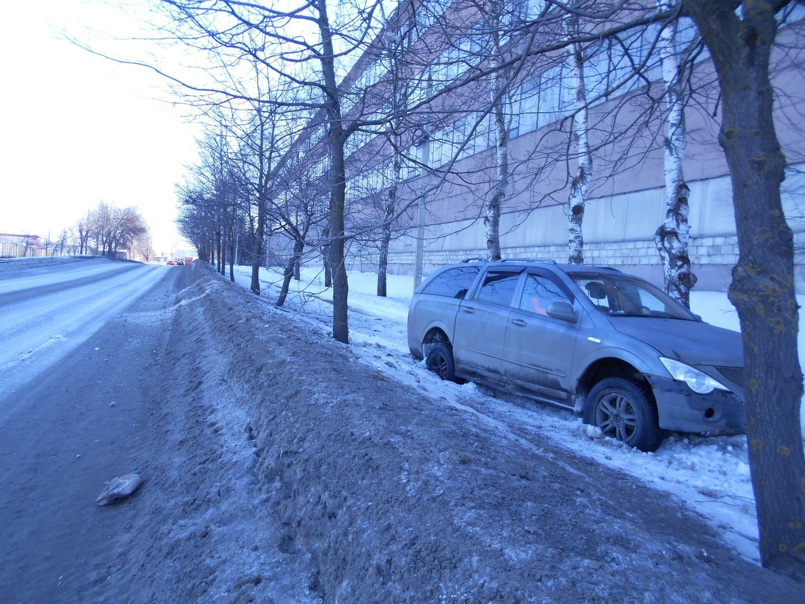 В Рыбинске иномарка вылетела с дороги и врезалась в дерево: пострадала двухлетняя девочка