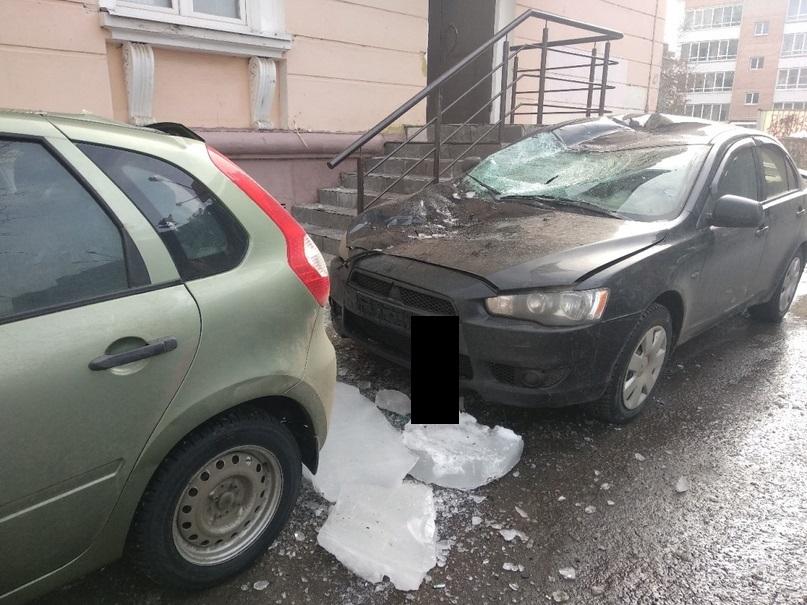 В Ярославле глыба льда упала на припаркованные машины