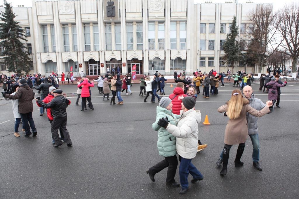 100 пар станцевали «Севастопольский вальс» на Советской площади в Ярославле