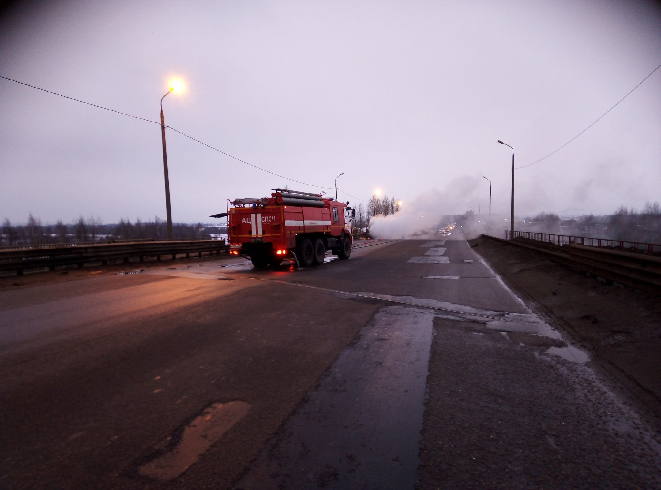 На мосту в Ярославле сгорел грузовик