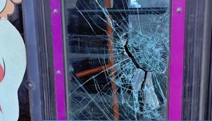Пьяный житель Рыбинска разбил окно на двери троллейбуса и сбежал