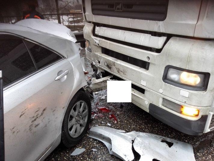 На окружной дороге в Ярославле фура смяла иномарку: пострадал человек