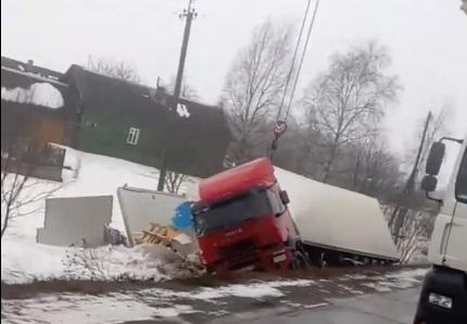В Ярославской области опрокинулась фура: видео