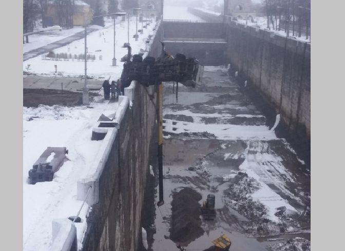 В Ярославской области автокран перевернулся в камеру шлюза