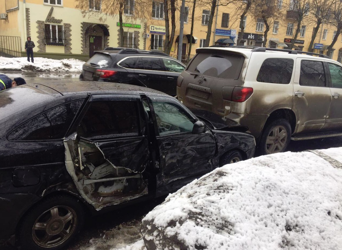 В центре Ярославля столкнулись четыре автомобиля