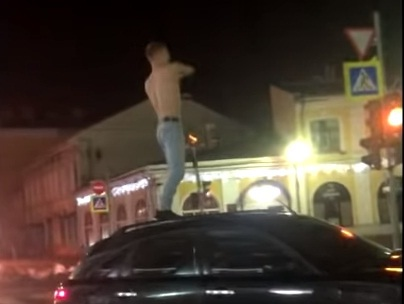 У стен мэрии Ярославля полуголый именинник с крыши иномарки швырнул бутылку: видео