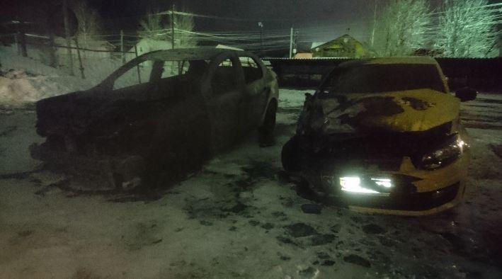 В Ярославской области сгорели две иномарки