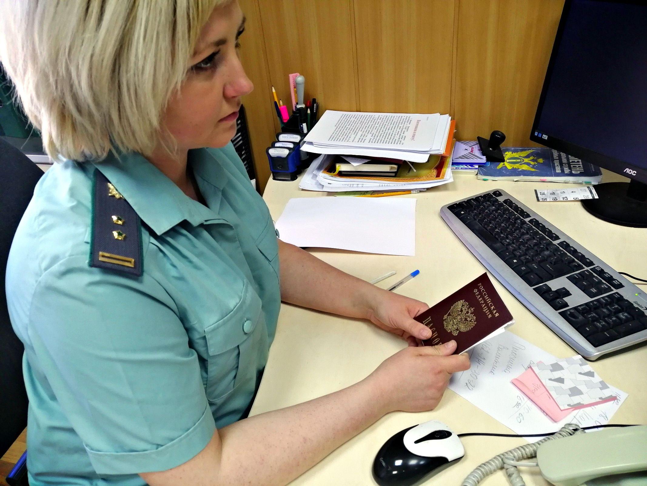Житель Рыбинска заплатил за отца долги, чтобы тот уехал за границу