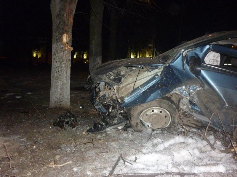 В центре Ярославля пьяный водитель внедорожника врезался в дерево