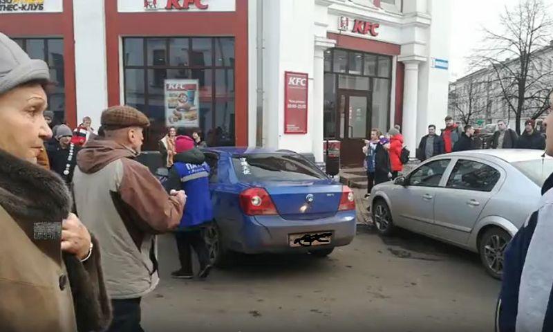 В центре Ярославля пешеходы толкали машину автохама, парализовавшего движение