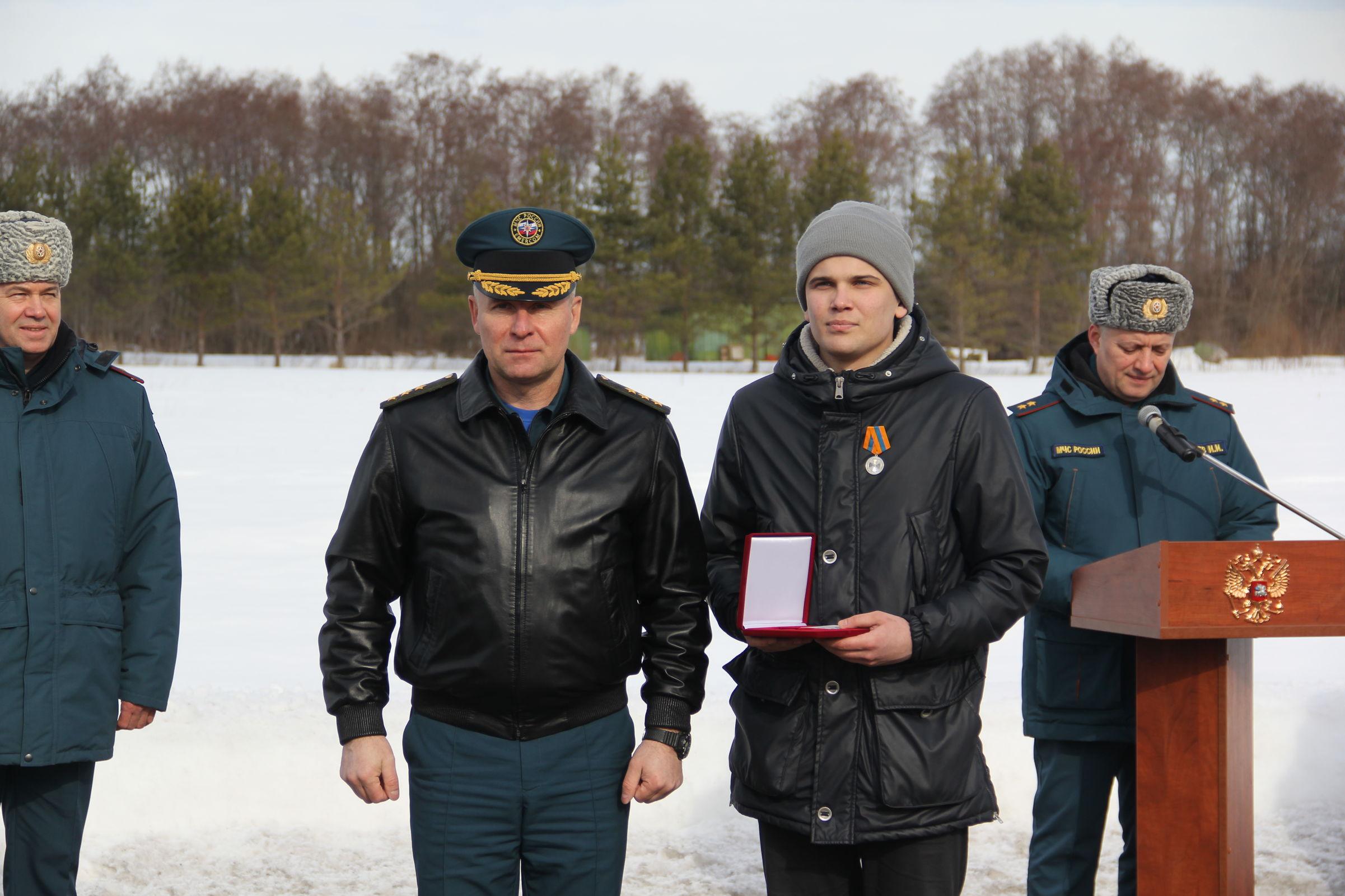 Глава МЧС вручил награды ярославцам, предотвратившим взрыв дома