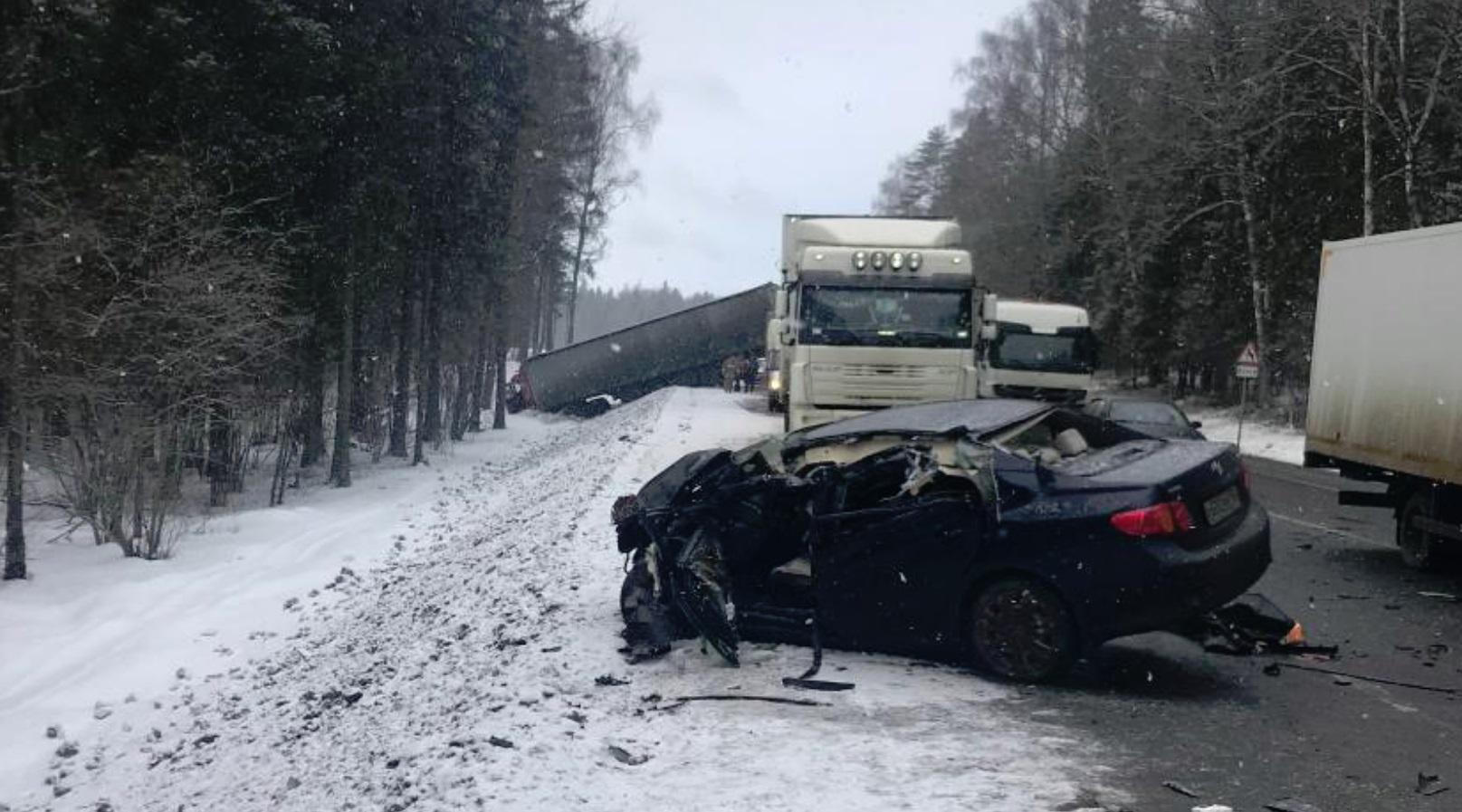 В Ярославской области на трассе столкнулись фура и легковушка: пострадала женщина