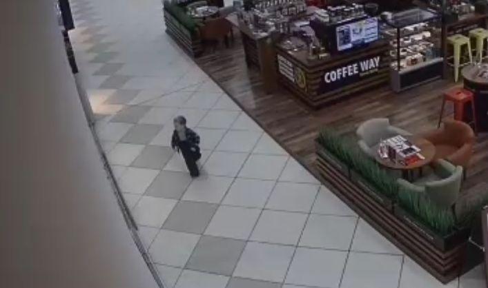 В ярославском торговом центре ребенок убежал из детской комнаты и пошел искать маму босиком